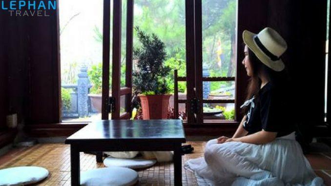 Trũ Vũ Quán Trà được xây theo lối kiến trúc truyền thống của miền Bắc Việt Nam, bên trong quán được bài trí theo phong cách thiền với những bộ bàn thấp hình vuông